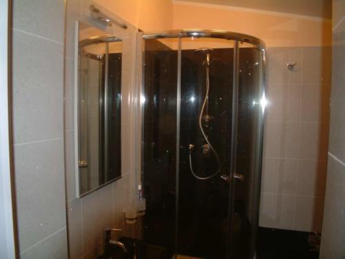 Bagno con cabina doccia in cristallo