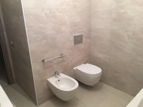 bagno con serie sospesa